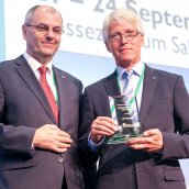 Jan Tengzelius being presented the Distinguished Service Award for 2014 by Congress Co-Chairman Prof Lorenz Sigl